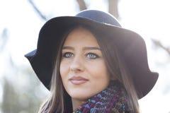 Красивая молодая женщина идя самостоятельно в парк Стоковые Изображения