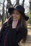 Красивая молодая женщина идя самостоятельно в парк Стоковые Фото