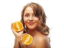 Красивая молодая женщина конца-вверх с апельсинами стоковое изображение