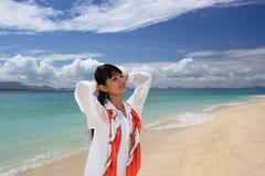 Красивая молодая женщина наслаждается солнцем Стоковые Фотографии RF