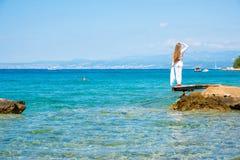 Красивая молодая женщина наслаждаясь океаном Стоковое Изображение