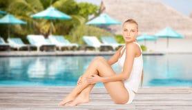 Красивая молодая женщина над бассейном пляжа Стоковое Изображение