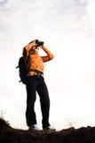 Красивая молодая женщина на верхней части горы Стоковое Фото