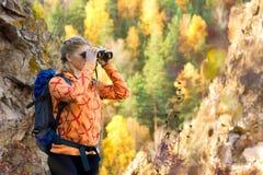Красивая молодая женщина на верхней части горы Стоковое Изображение