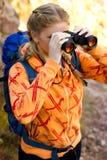 Красивая молодая женщина на верхней части горы Стоковая Фотография RF