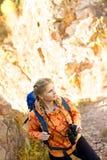 Красивая молодая женщина на верхней части горы Стоковые Фотографии RF
