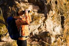 Красивая молодая женщина на верхней части горы Стоковая Фотография