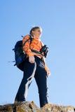 Красивая молодая женщина на верхней части горы Стоковое Изображение RF