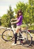 Красивая молодая женщина на велосипеде Стоковая Фотография RF