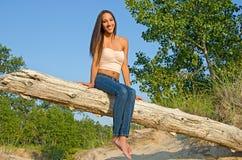 Красивая молодая женщина на журнале стоковое изображение rf