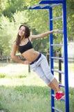 Красивая молодая женщина на земле спорт Стоковая Фотография