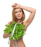 Красивая молодая женщина на диете с здоровыми салатом еды и лентой m Стоковые Фото