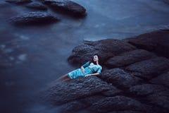 Красивая молодая женщина на море стоковые фотографии rf