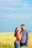 Красивая молодая женщина на пшеничном поле стоковые фотографии rf