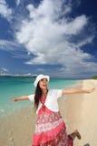 Красивая молодая женщина на пляже Стоковое Изображение RF