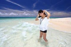 Красивая молодая женщина на пляже стоковая фотография