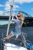 Красивая молодая женщина на яхтах Красивая женщина в жилете, летних каникулах Счастливая молодая женщина около моря стоковые изображения