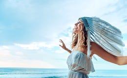 Красивая молодая женщина нося шлейф Стоковое Фото