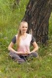 Красивая молодая женщина ослабляя в лесе под Стоковые Фото