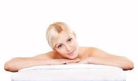 Красивая молодая женщина ослабляя после массажа Курорт стоковые изображения rf