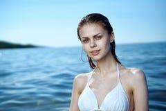 Красивая молодая женщина отдыхает на море, океане, пляже, воде, каникулах Стоковое фото RF