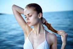 Красивая молодая женщина отдыхает на море, пляже, солнце, лете, океане Стоковая Фотография