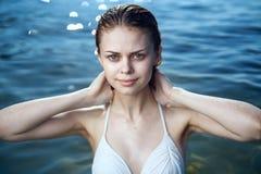 Красивая молодая женщина отдыхая на море, океане, пляже, лете, солнце Стоковые Фото