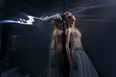 Красивая молодая женщина представляя в платье свадьбы Стоковое Изображение