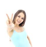 Красивая молодая женщина представляя и показывая 2 большого пальца руки вверх Стоковая Фотография