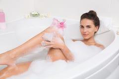 Красивая молодая женщина принимает жемчужную ванну стоковые фотографии rf