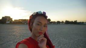 Красивая молодая женщина принимая selfie на пляже на заход солнца акции видеоматериалы
