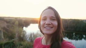 Красивая молодая женщина принимая selfie на утесе на заход солнца в slowmotion 1920x1080 акции видеоматериалы
