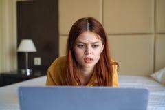 Красивая молодая женщина работая на компьютере дома Стоковое Изображение RF