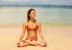 Красивая молодая женщина размышляя океаном стоковое фото