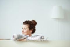 Красивая молодая женщина расслабляющая дома стоковое фото rf