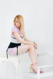 Красивая молодая женщина сидя в ультрамодные ботинки Стоковое Изображение RF