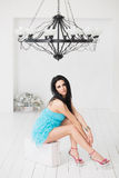 Красивая молодая женщина сидя на чемодане Стоковое фото RF