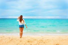 Красивая молодая женщина смотрит на голубом лете моря Стоковая Фотография RF