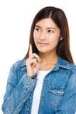 Красивая молодая женщина смотря вверх с пунктом пальца вверх Стоковая Фотография RF