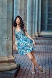 Красивая молодая женщина стоя близко столбец Стоковое фото RF