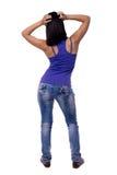 Красивая молодая женщина стоя ОН назад с его руками на его голове изолированной на белой предпосылке Стоковое Фото