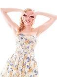 Красивая молодая женщина стоя с ее руками вокруг ее глаз Стоковое Фото