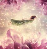 Красивая молодая женщина с гигантскими цветками Стоковая Фотография RF