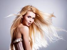 Красивая молодая женщина с длинными белокурыми волосами Стоковые Изображения RF