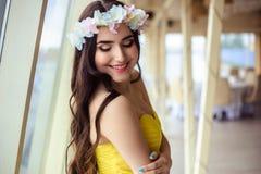 Красивая молодая женщина с длинными волосами в летнем дне bridesmaid в желтом платье в ресторане моря Стоковые Фотографии RF