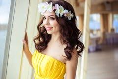Красивая молодая женщина с длинными волосами в летнем дне bridesmaid в желтом платье в ресторане моря Стоковые Изображения