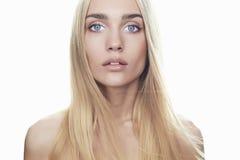 Красивая молодая женщина с длинными волосами на белой предпосылке Белокурая девушка Стоковая Фотография