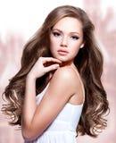 Красивая молодая женщина с длинными вьющиеся волосы стоковое фото rf