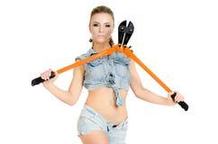 Красивая молодая женщина с инструментом для нарезания болтов Стоковая Фотография