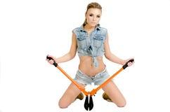 Красивая молодая женщина с инструментом для нарезания болтов Стоковое Изображение